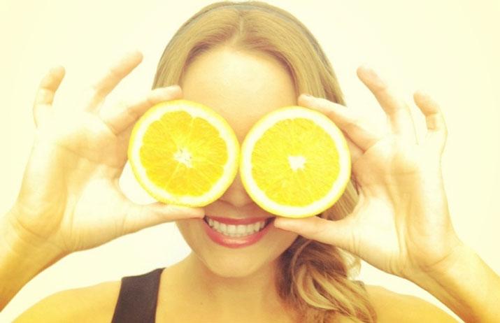 Donna gioca con limoni