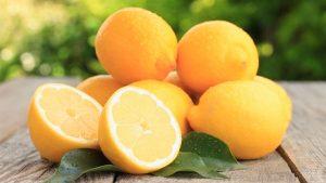 Limoni sul tavolo per il rimedio della doccia interna