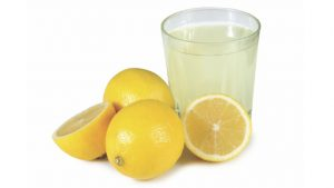 Bicchiere di acqua e limone disintossicante