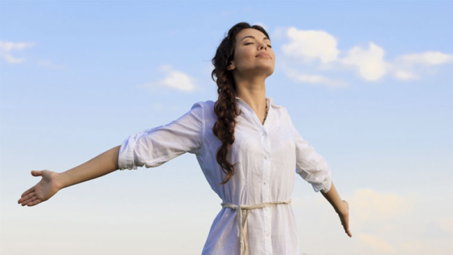 Donna depurata e purificata a braccia aperte