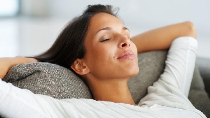 Donna rilassamento domestico