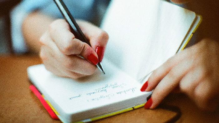 Donna scrive diario alimentare