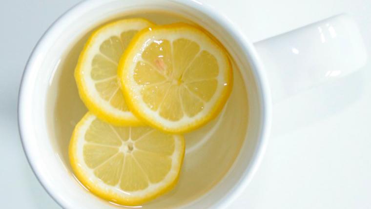 Fette di limone in acqua calda per disintossicare il corpo