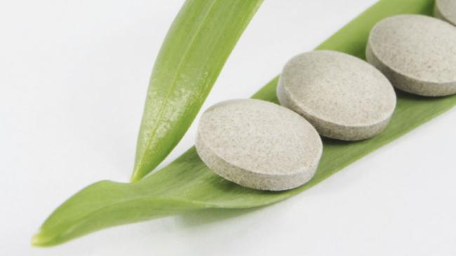 Pillole su foglia verde