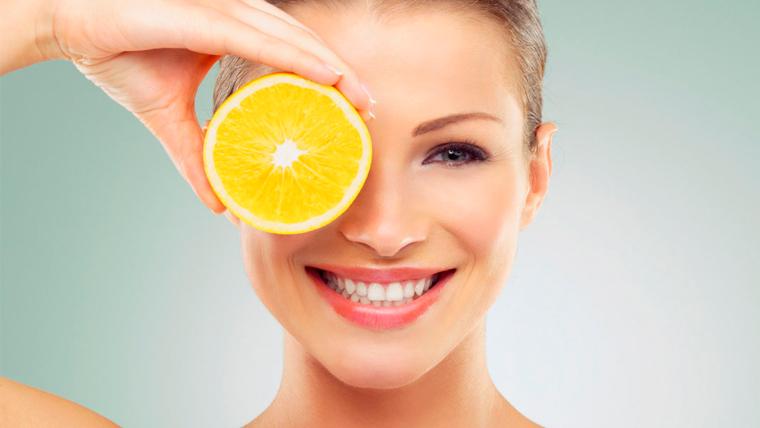 Ragazza con fetta di limone sugli occhi depura il suo organismo