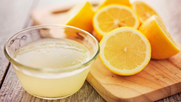 Spremuta di succo di limone per la doccia interna